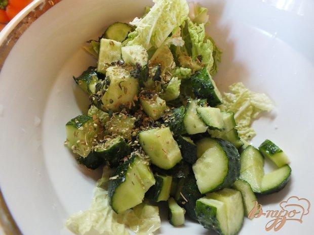 Салат с пекинской капустой, огурцом и шалфеем