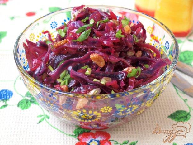Постный салат с краснокочанной капустой и изюмом