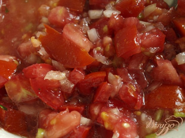 Запечённые баклажаны с томатной сальсой и сметанным соусом