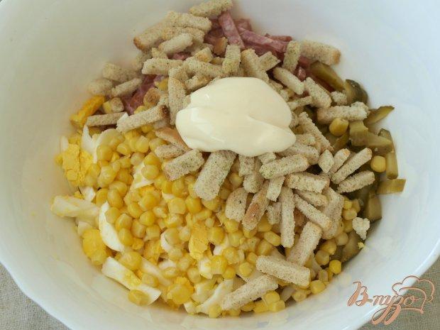 Салат с колбасой, яйцом и сухариками