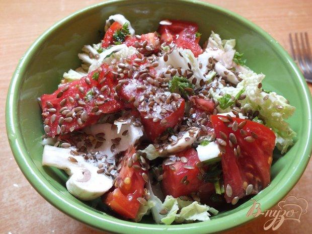 Помидорный салат с грибами и семенами льна