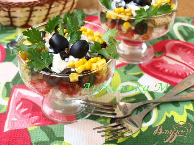 Салат с помидорами, маслинами и сухариками