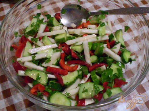 Салат со сладким перцем и кольраби