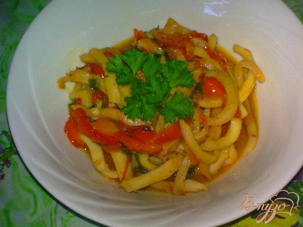 Кальмары с овощами тушеные в нежном соусе