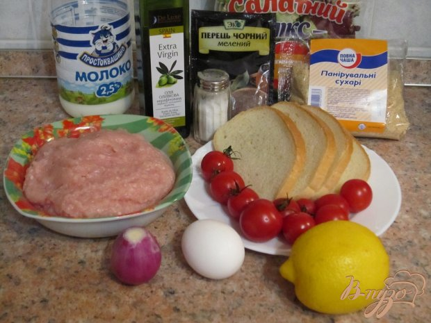 Куриные котлеты с помидорами и салатом