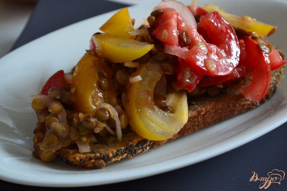 Фото приготовление рецепта: Овощной салат на хрустящих гренках шаг №3