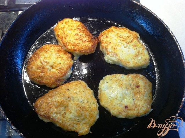 Фото приготовление рецепта: Кабачково-картофельные драники шаг №7