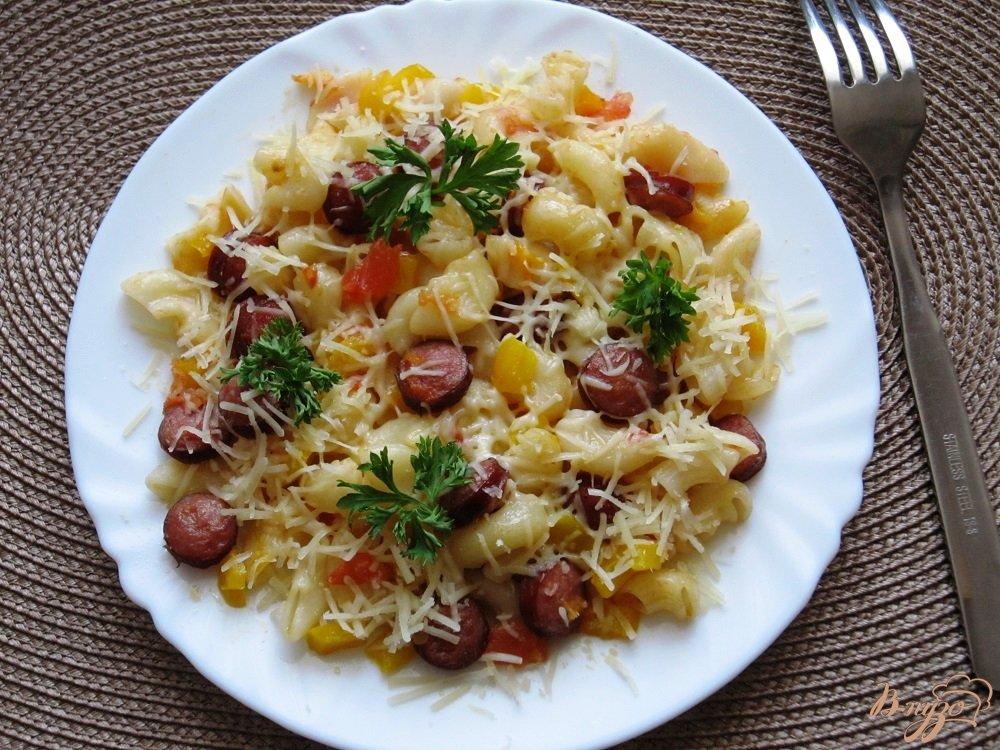 Фото приготовление рецепта: Колбаски с пастой и пармезаном шаг №9