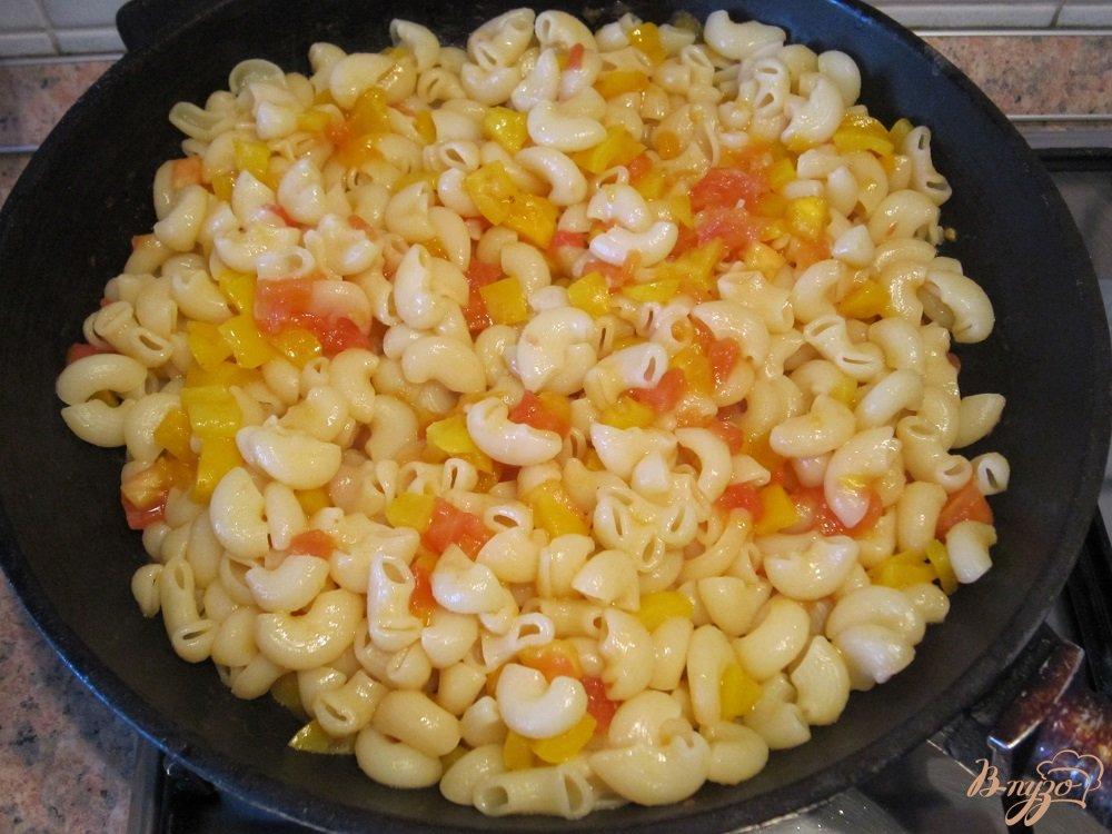 Фото приготовление рецепта: Колбаски с пастой и пармезаном шаг №7
