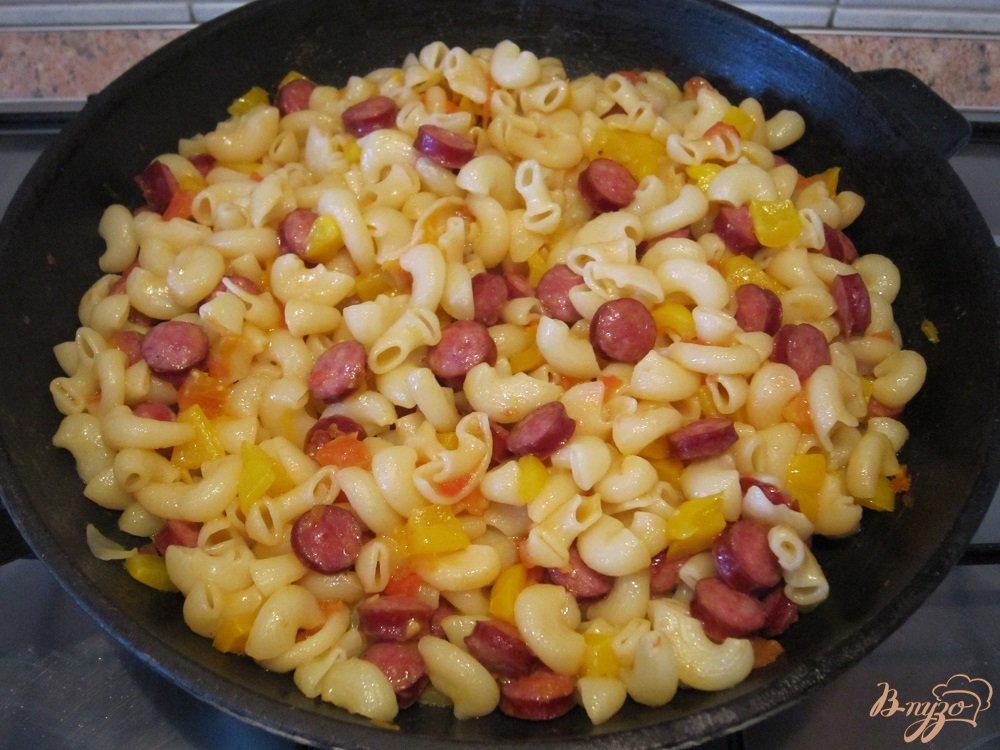 Фото приготовление рецепта: Колбаски с пастой и пармезаном шаг №8