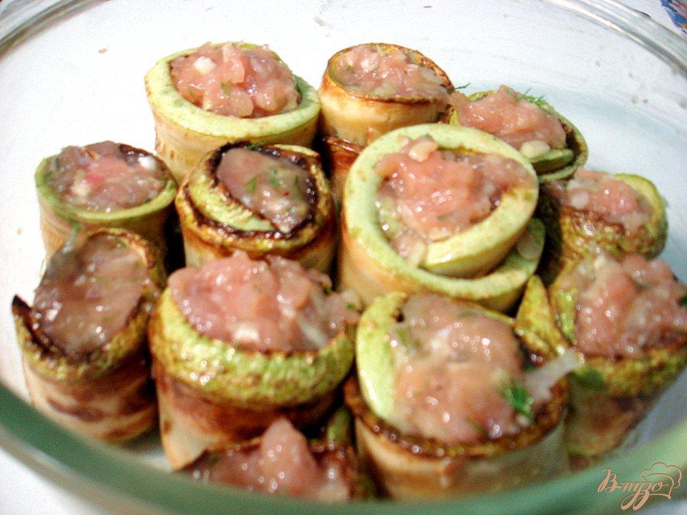 Фото приготовление рецепта: Кабачковые рулетики с фаршем в соусе шаг №9