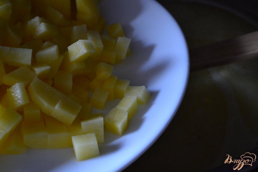 Фото приготовление рецепта: Сливочный суп с лисичками шаг №3