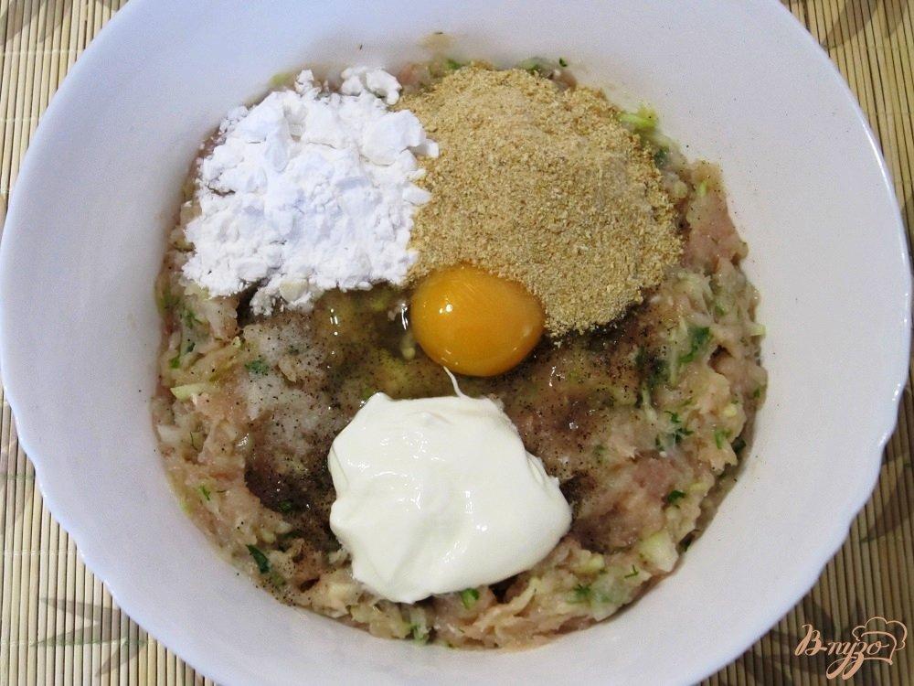 Фото приготовление рецепта: Куриные оладушки с овощами шаг №7