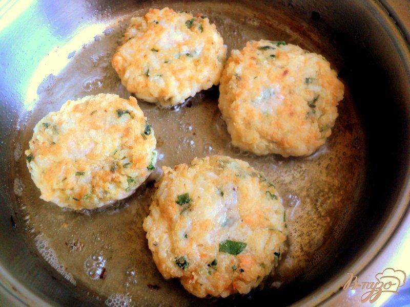 Фото приготовление рецепта: Котлеты рыбные с рисом и пикантным соусом шаг №3