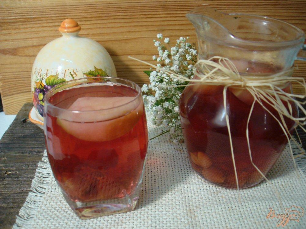 Фото приготовление рецепта: Компот из яблок и вишни шаг №6
