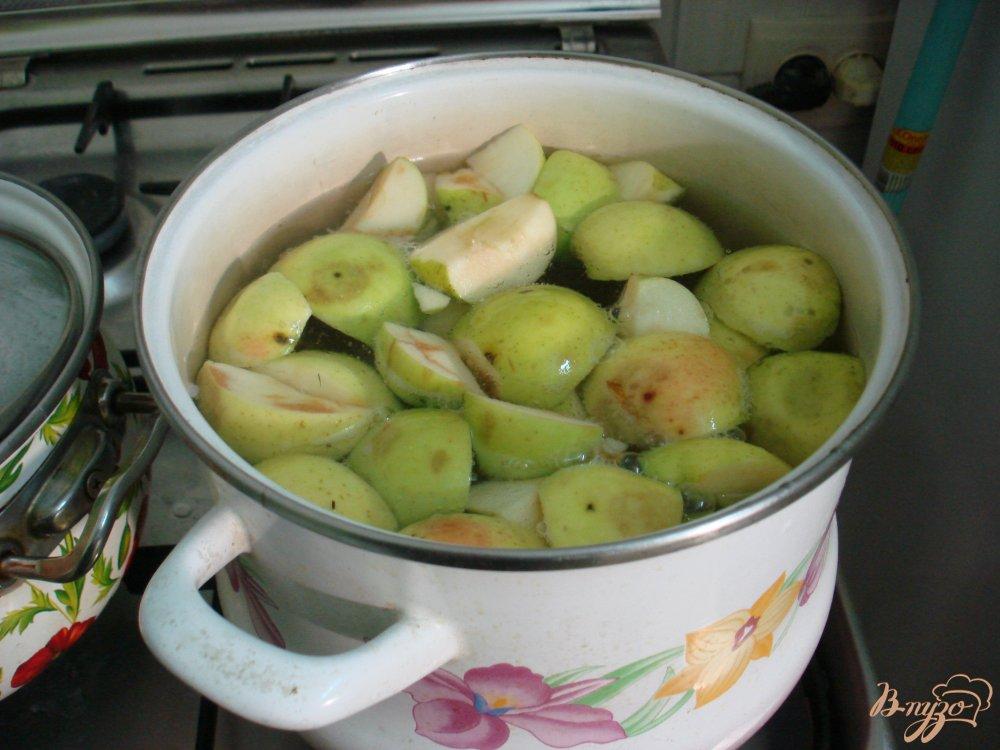 Фото приготовление рецепта: Компот из яблок и вишни шаг №3