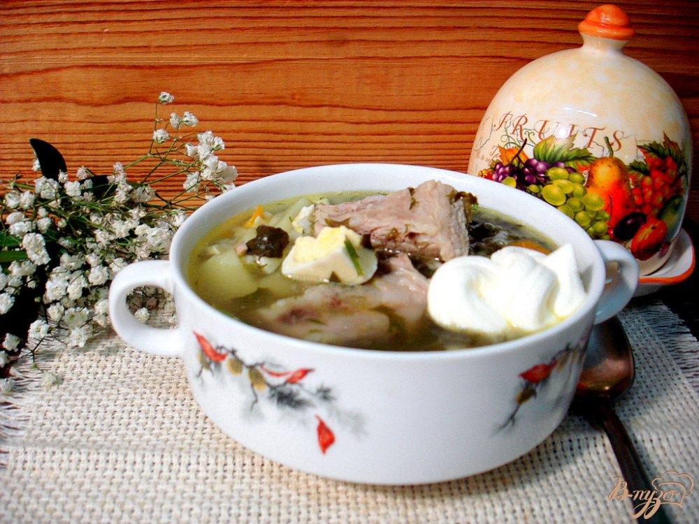 Фото приготовление рецепта: Щавелевый суп на свиных рёбрышках с рисом шаг №8