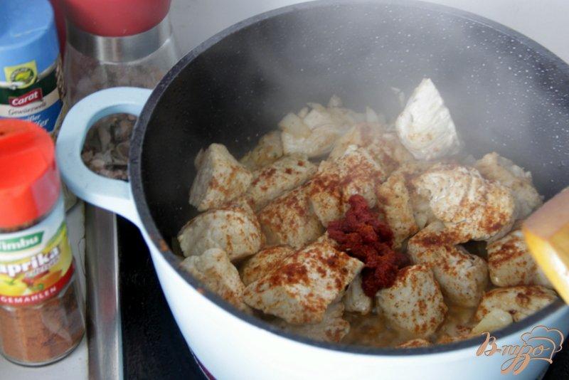 Фото приготовление рецепта: Гуляш с индейкой и фасольками шаг №3