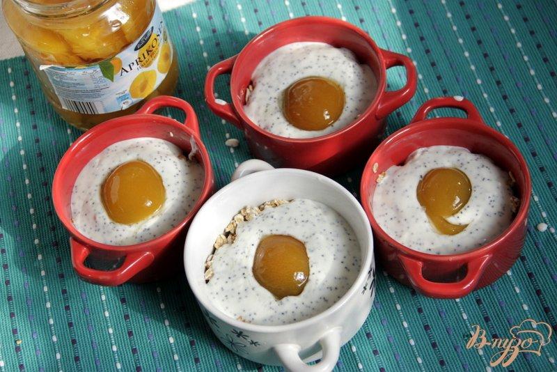 Фото приготовление рецепта: Горячие мини-запеканки с геркулесом, творогом, маком и абрикосами шаг №6