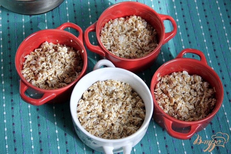 Фото приготовление рецепта: Горячие мини-запеканки с геркулесом, творогом, маком и абрикосами шаг №4