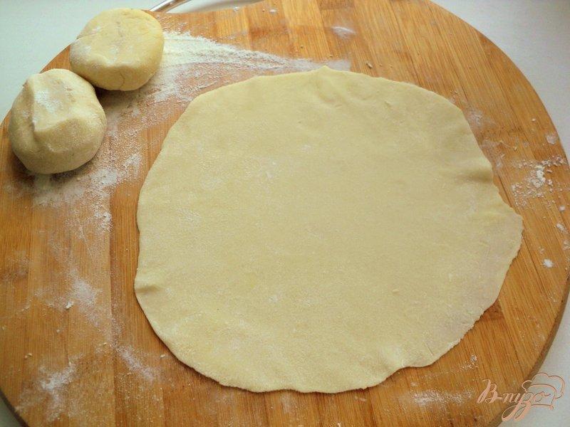 Фото приготовление рецепта: Чебуреки  с сюрпризом шаг №4