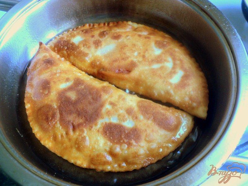 Фото приготовление рецепта: Чебуреки  с сюрпризом шаг №8