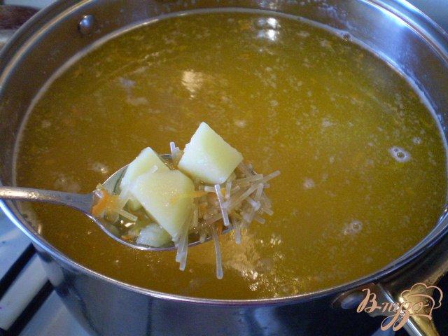 Фото приготовление рецепта: Суп с вареными яйцами шаг №4
