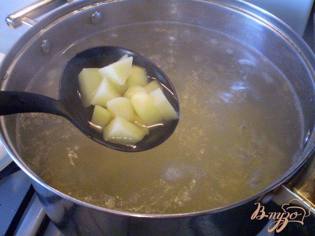 Фото приготовление рецепта: Суп с вареными яйцами шаг №3