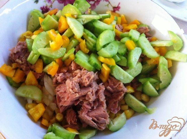 Фото приготовление рецепта: Салат с тунцом и овощами шаг №5