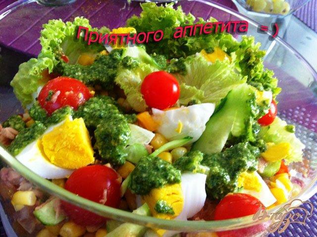 Фото приготовление рецепта: Салат с тунцом и овощами шаг №9