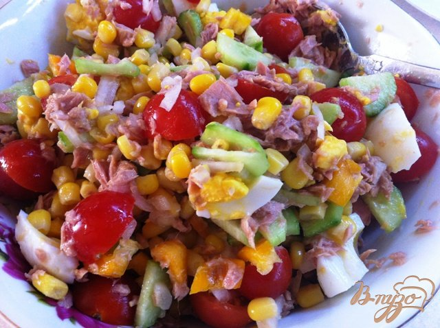 Фото приготовление рецепта: Салат с тунцом и овощами шаг №8