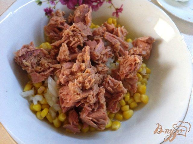 Фото приготовление рецепта: Салат с тунцом и овощами шаг №4