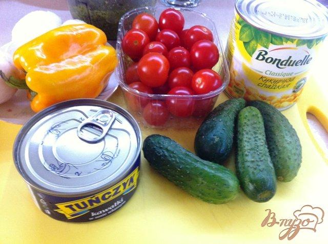 Фото приготовление рецепта: Салат с тунцом и овощами шаг №1
