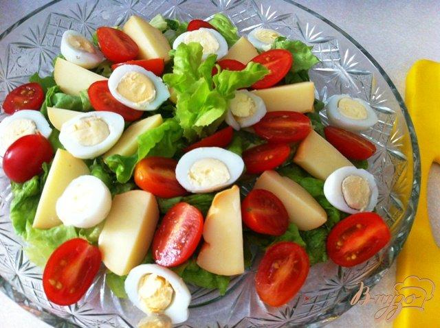 Фото приготовление рецепта: Салат из перепелиных яиц и копченого сыра Провалетта шаг №7