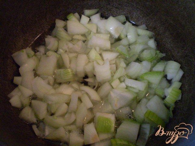 Фото приготовление рецепта: Тушенные зеленые помидоры с луком шаг №3