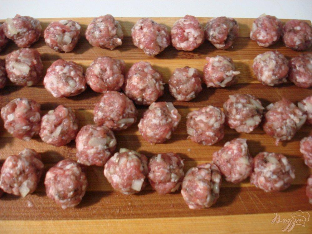Фото приготовление рецепта: Суп с фрикадельками, грибами и капустой шаг №6