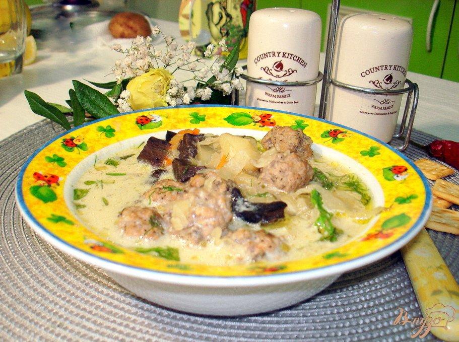 Фото приготовление рецепта: Суп с фрикадельками, грибами и капустой шаг №7