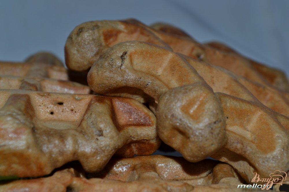 Фото приготовление рецепта: Кофейно-шоколадные вафли шаг №7