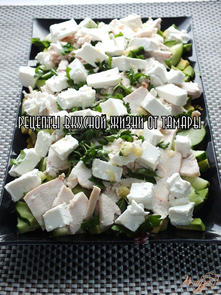 Фото приготовление рецепта: Салат с авокадо, сыром и курицей шаг №5