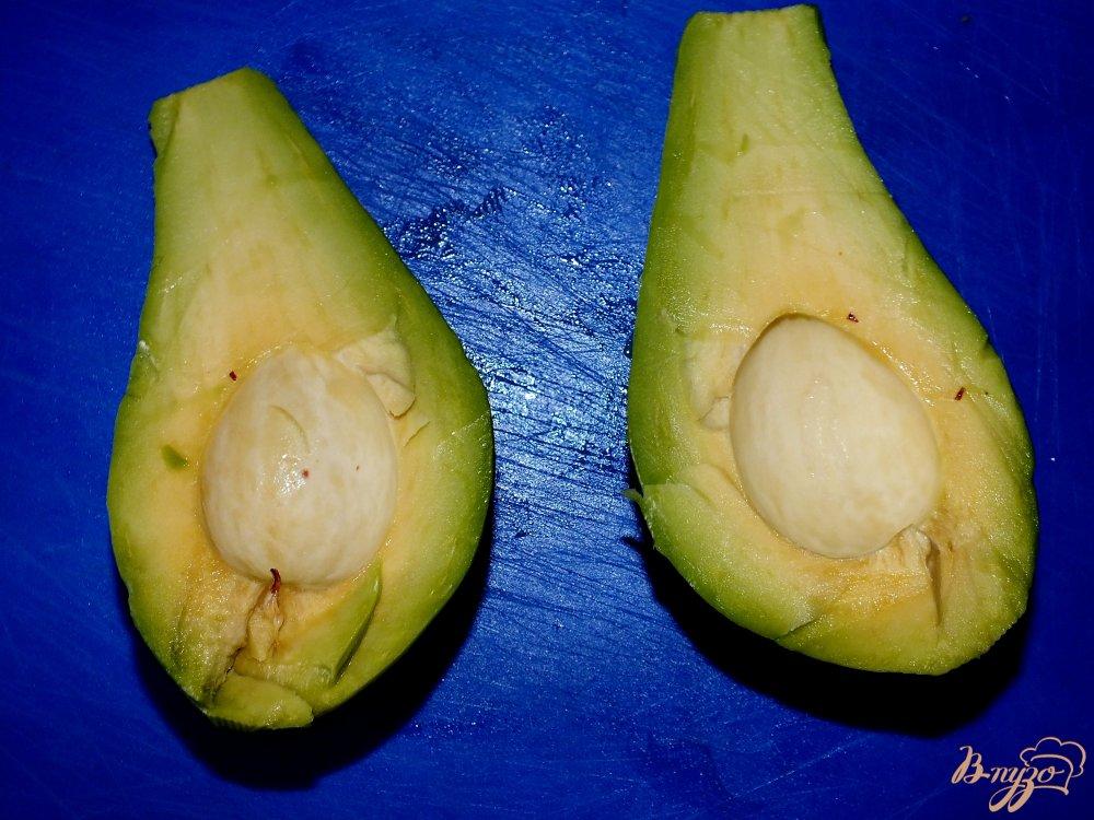 Фото приготовление рецепта: Салат с авокадо, сыром и курицей шаг №2