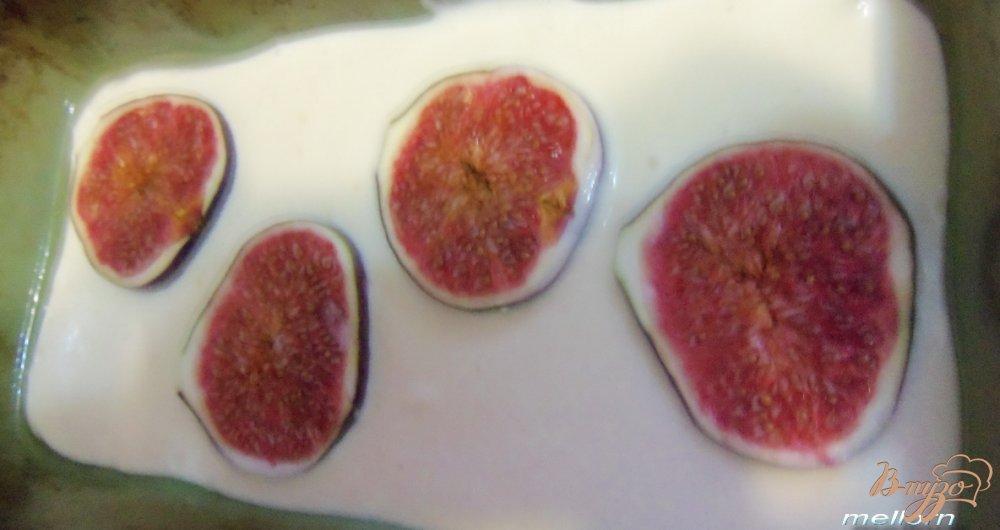 Фото приготовление рецепта: Творожная запеканка с инжиром шаг №4