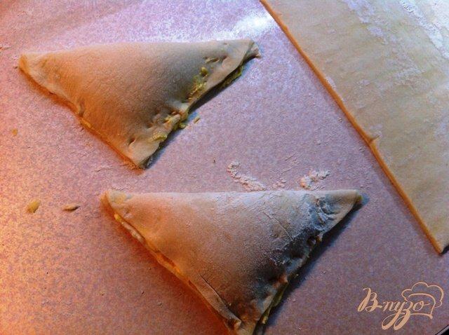 Фото приготовление рецепта: Слоёные треугольнички с сыром рикотта шаг №6