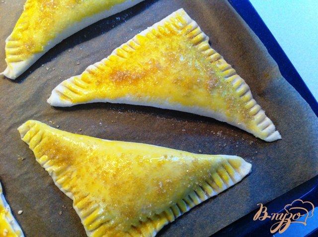 Фото приготовление рецепта: Слоёные треугольнички с сыром рикотта шаг №7