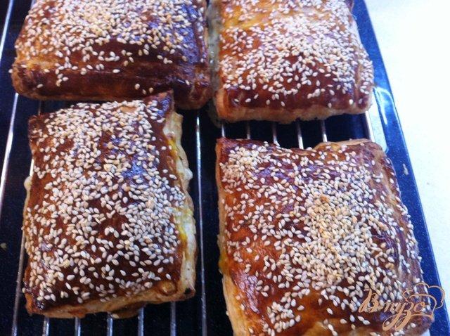Фото приготовление рецепта: Слойки с сыром и помидорами черри шаг №9