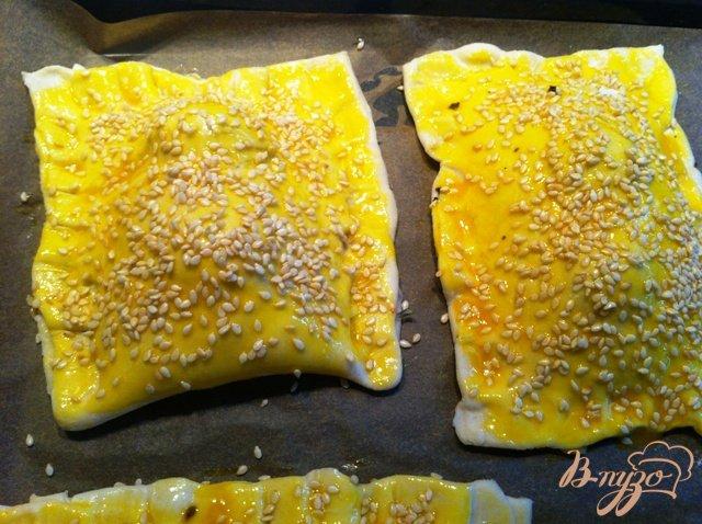 Фото приготовление рецепта: Слойки с сыром и помидорами черри шаг №7