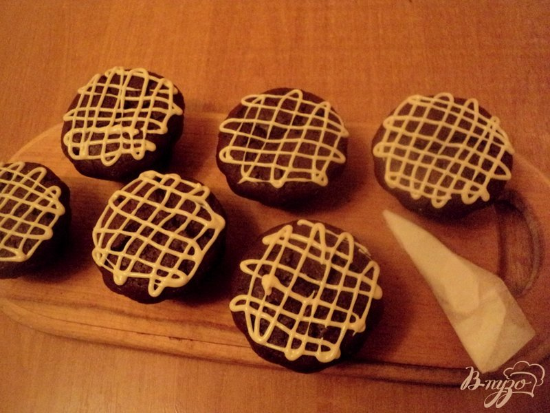 Фото приготовление рецепта: Шоколадные маффины с сюрпризом шаг №10