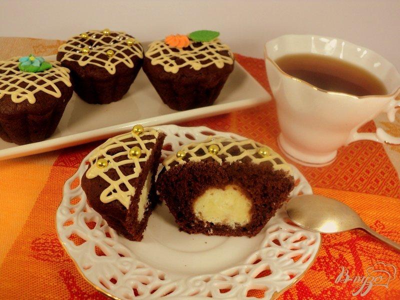 Фото приготовление рецепта: Шоколадные маффины с сюрпризом шаг №12