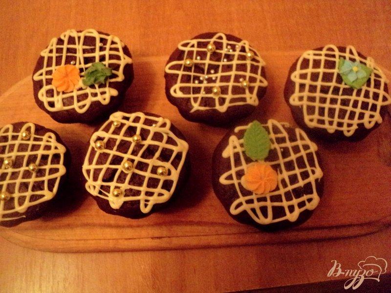 Фото приготовление рецепта: Шоколадные маффины с сюрпризом шаг №11