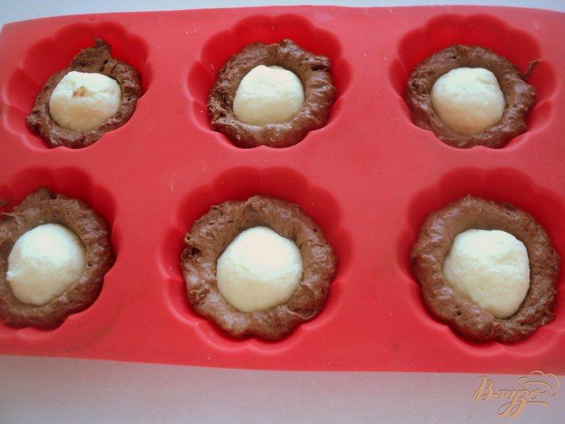 Фото приготовление рецепта: Шоколадные маффины с сюрпризом шаг №7