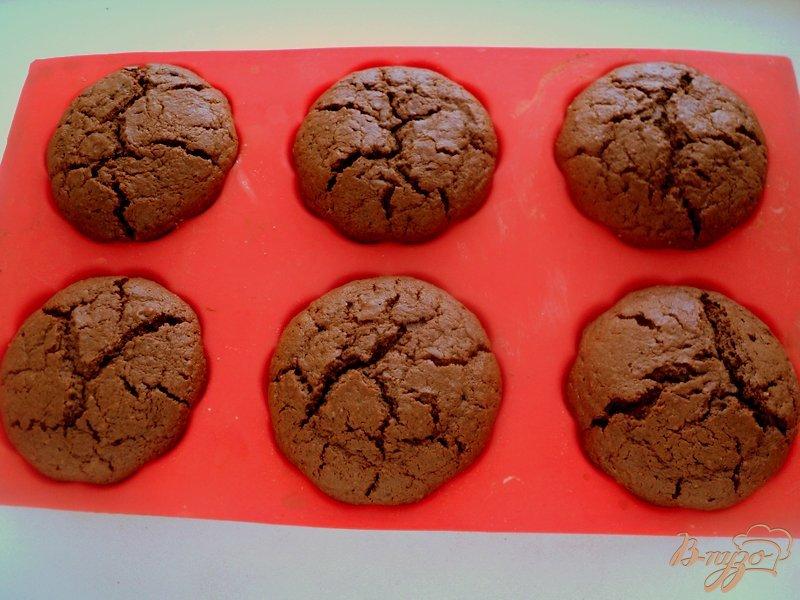 Фото приготовление рецепта: Шоколадные маффины с сюрпризом шаг №9